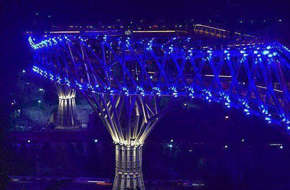 به مناسبت روز جهانی معلولین رنگ پل طبیعت تغییر رنگ یافت